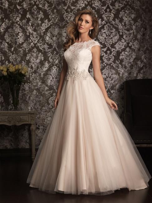Дизайнеры, представляя свои свадебные платья 2014, наглядно продемонстрировали, что белым платьям пришло время потесниться. Это вовсе не означает