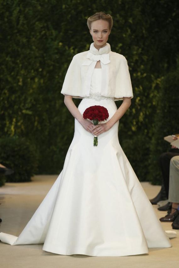 Не забывайте, что зимние свадебные платья необходимо дополнять различными сезонными аксессуарами, в моде накидки-манто, муфты из белого и цветного меха
